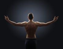 Il tipo senza camicia sparge le sue armi fuori al lato Fotografie Stock Libere da Diritti