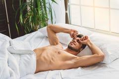 Il tipo sonnolento si è svegliato a casa Fotografie Stock Libere da Diritti
