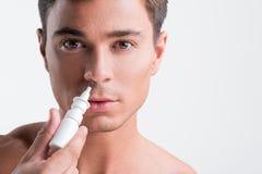 Il tipo sta avendo trattamento delle allergie stagionali Fotografia Stock