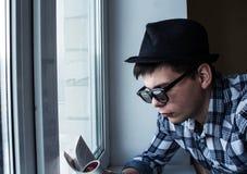 Il tipo sta leggendo una rivista Fotografie Stock Libere da Diritti