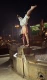 Il tipo stupefacente che fa lo sport calcola nella fontana Fotografia Stock