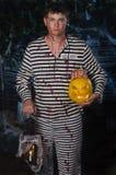 Il tipo in un vestito con Jack& x27; lampada di s fotografie stock