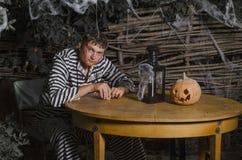 Il tipo in un vestito per Halloween immagini stock libere da diritti