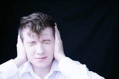 Il tirante copre le sue orecchie Immagini Stock