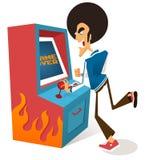Il tirante di afro gioca il videogioco arcade Fotografie Stock