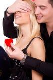 Il tirante romantico dà a ragazza un cuore rosso Fotografia Stock Libera da Diritti