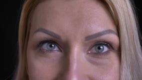 Il tiro del primo piano del mezzo ha invecchiato il fronte femminile caucasico con gli occhi grigi che esaminano diritto la macch archivi video
