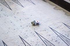 Il tiro di prospettiva del primo piano di taglia su tavola reale nell'ambito di luce aperta fotografie stock