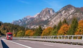 Il TIROLO, AUSTRIA - 14 ottobre 2017: Camion rosso su una strada ad alta velocità della montagna Fotografia Stock