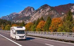 Il TIROLO, AUSTRIA - 14 ottobre 2017: Campeggiatore su una strada ad alta velocità della montagna Immagine Stock Libera da Diritti