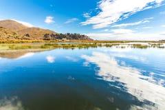 Il Titicaca, Sudamerica, situato sul confine del Perù e della Bolivia. Si siede 3.812 m. sopra il livello del mare Fotografie Stock Libere da Diritti