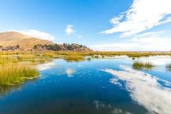 Il Titicaca, Sudamerica, situato sul confine del Perù e della Bolivia. Si siede 3.812 m. sopra il livello del mare Fotografia Stock