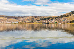 Il Titicaca, Sudamerica, situato sul confine del Perù e della Bolivia. Si siede 3.812 m. sopra il livello del mare Immagini Stock