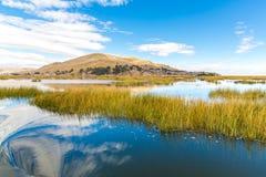 Il Titicaca, Sudamerica, situato sul confine del Perù e della Bolivia. Si siede 3.812 m. sopra il livello del mare Immagini Stock Libere da Diritti