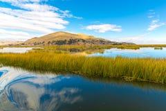 Il Titicaca, Sudamerica, situato sul confine del Perù e della Bolivia. Si siede 3.812 m. sopra il livello del mare Immagine Stock Libera da Diritti