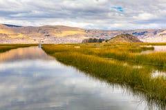 Il Titicaca, Sudamerica, situato sul confine del Perù e della Bolivia. Si siede 3.812 m. sopra il livello del mare Immagine Stock