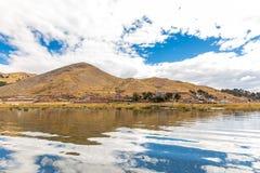 Il Titicaca, Sudamerica, situato sul confine del Perù e della Bolivia si siede 3.812 m. sopra il livello del mare Fotografia Stock
