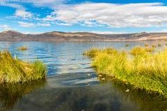 Il Titicaca, Sudamerica, situato sul confine del Perù e della Bolivia si siede 3.812 m. sopra il livello del mare Immagini Stock