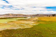Il Titicaca, Sudamerica, situato sul confine del Perù e della Bolivia si siede 3.812 m. sopra il livello del mare Immagine Stock