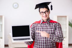 Il tocco d'uso dello studente dell'eroe eccellente e tenere un computer portatile Immagini Stock