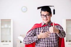 Il tocco d'uso dello studente dell'eroe eccellente in un mantello rosso Immagini Stock