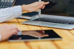 Il tocco della mano sullo schermo vuoto del aboveon della compressa una vista leggera del piano d'appoggio, lascia lo spazio per  immagine stock