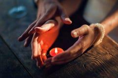 Il tocco di amore Amanti in una tenuta e in un touchi romantici della tavola fotografia stock libera da diritti