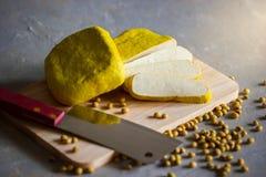 Il tofu è affettato su un tagliere di legno fotografia stock libera da diritti