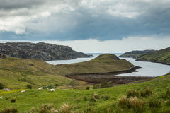 Il tonque della terra sporge in lago Inchard, Scozia Immagini Stock Libere da Diritti