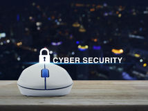 Il topo senza fili del computer con l'icona chiave e la sicurezza cyber mandano un sms a sopra Immagine Stock Libera da Diritti
