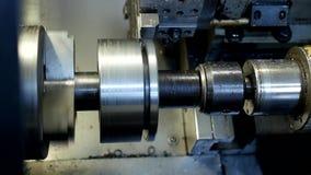 Il tornio di CNC estrae la parte della puleggia del pezzo in lavorazione del metallo, tornio moderno per metallo che elabora, il  stock footage