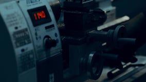 Il tornio sta tagliando il metallo Taglio di alta velocità Lavori il lavoro al tornio video d archivio