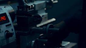 Il tornio sta tagliando il metallo Taglio di alta velocità Lavori il lavoro al tornio stock footage