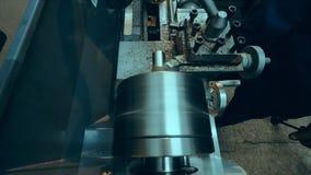 Il tornio sta tagliando il metallo Taglio di alta velocità Lavori il lavoro al tornio archivi video