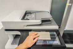 Il touch screen pulito della gente della stampante di ufficio per mainten Fotografie Stock Libere da Diritti