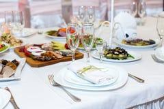 Il tovagliolo su un piatto è servito sulla tavola festiva Immagini Stock