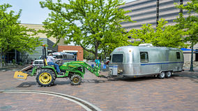 Il tracktor verde parcheggia un rimorchio di viaggio Fotografia Stock