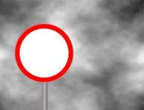 Il traffico è proibito firma dentro il fondo del cielo Illustrazione sbagliata dell'icona di proibizione del segnale stradale di  Fotografia Stock