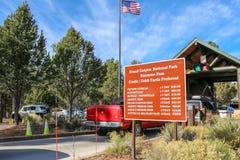 Il traffico che arrivano al parco nazionale Rim Toll Booths del sud di Grand Canyon e gli ingressi a pagamento firmano immagini stock libere da diritti
