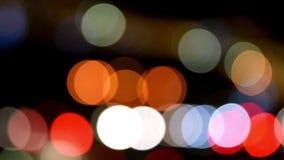 Il traffico cittadino accende il fondo con le luci confuse stock footage