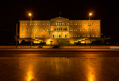 Il traffico e la gente passano dal Parlamento in Grecia immagini stock