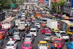 Il traffico si muove lentamente lungo una strada di grande traffico a Bangkok, Tailandia Immagine Stock