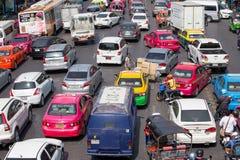 Il traffico si muove lentamente lungo una strada di grande traffico a Bangkok, Tailandia Immagine Stock Libera da Diritti