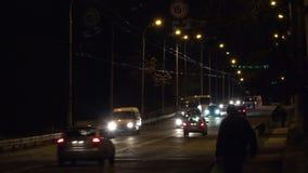 Il traffico sul ponte Dipinga le luci notturne video d archivio