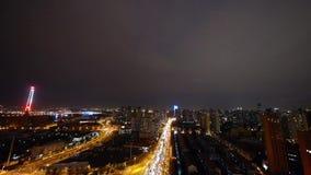 Il traffico urbano occupato alla notte, urbano brillantemente acceso morden il fondo della costruzione video d archivio