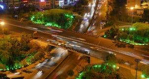 il traffico urbano occupato del timelapse 4k sul passaggio alla notte, urbana morden la costruzione, porcellana di Qingdao archivi video