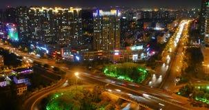 il traffico urbano occupato del timelapse 4k sul passaggio alla notte, urbana morden la costruzione, porcellana di Qingdao stock footage