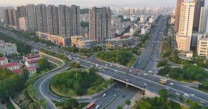 il traffico urbano occupato del timelapse 4k sul passaggio, urbano morden la costruzione, porcellana di Qingdao stock footage