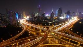 il traffico urbano occupato di intervallo 4k-Time con striare le luci trascina alla notte, Schang-Hai video d archivio