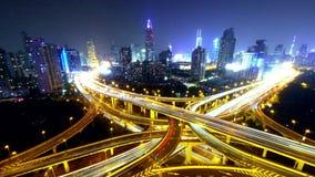 il traffico urbano occupato di intervallo 4k-Time con striare le luci trascina alla notte, Schang-Hai stock footage